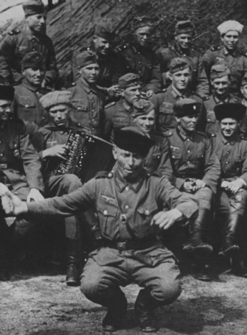 Казак частей вермахта танцует на Восточном фронте. 1944 г.