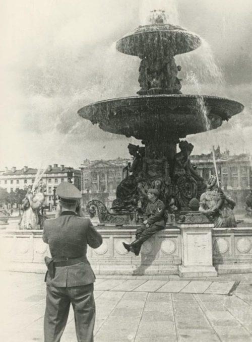 Отпуск немецких солдат в Париже. 1943 г.