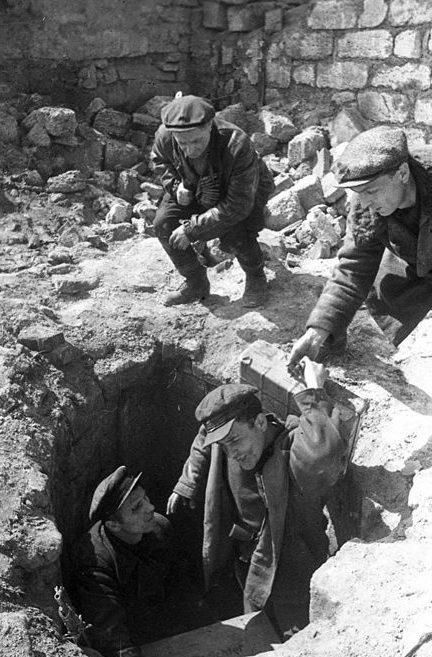 Партизаны выходят из катакомб. Апрель 1944 г.