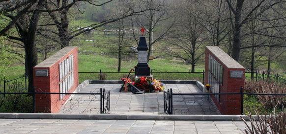 п. Шушары, Пулковское, Петербургское шоссе 4-й км, братская могила в братской могиле захоронено 548 человек.