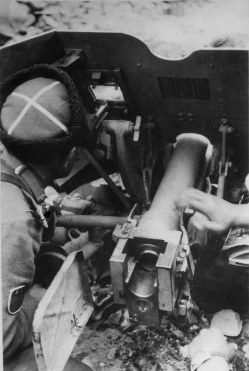 Донской казак ведет огонь во время подавления Варшавского восстания. Сентябрь 1944 г.
