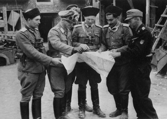 Офицеры РОНА во время Варшавского восстания. 1944 г.
