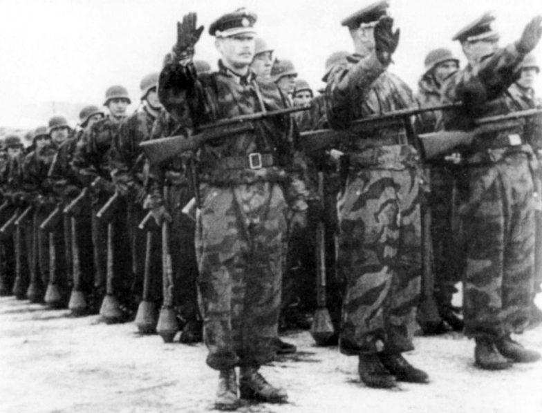 Подразделение 1-й дивизии РОА на параде в учебно-тренировочном лагере в Мюнсингене. Февраль 1945 г.