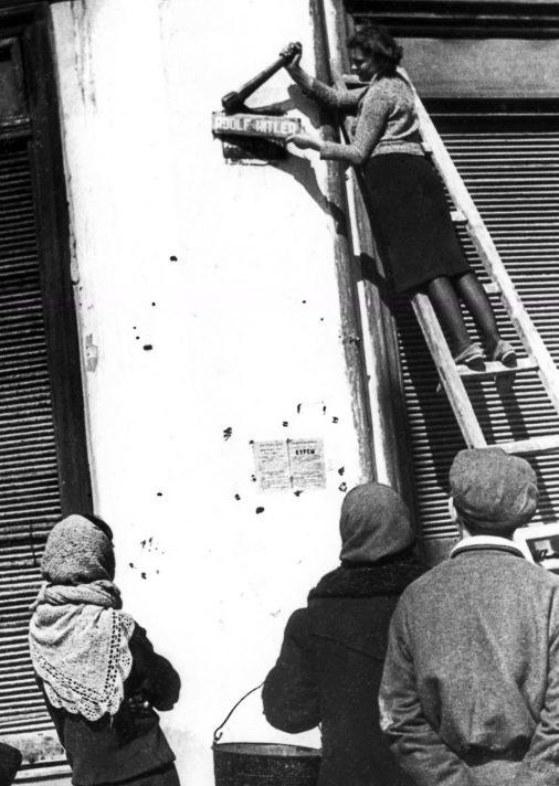 Одесситки снимают немецкие указатели улиц. Апрель 1944 г.