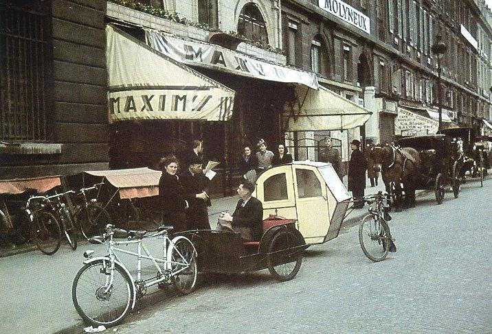Велотакси у ресторана «Maxim's». 1943 г.