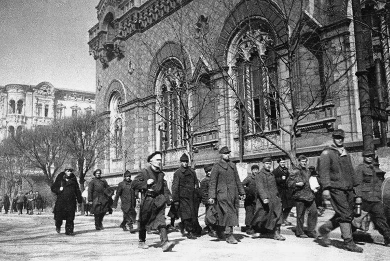 Немецкие и румынские военнопленные на улице города. Апрель 1944 г.