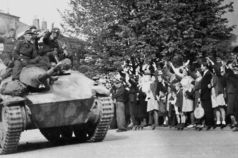 Жители Праги приветствую хиви 1-й пехотной дивизии РОА. Май 1945 г.
