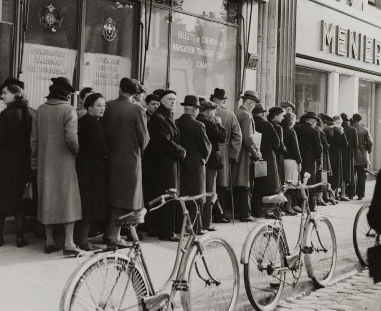 Очередь в булочную на Елисейских полях. 1943 г.
