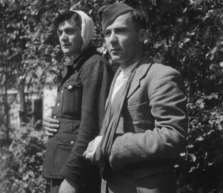 Раненные пленные солдаты грузинского легиона вермахта в лагере на острове. Нидерланды, май 1945 г.