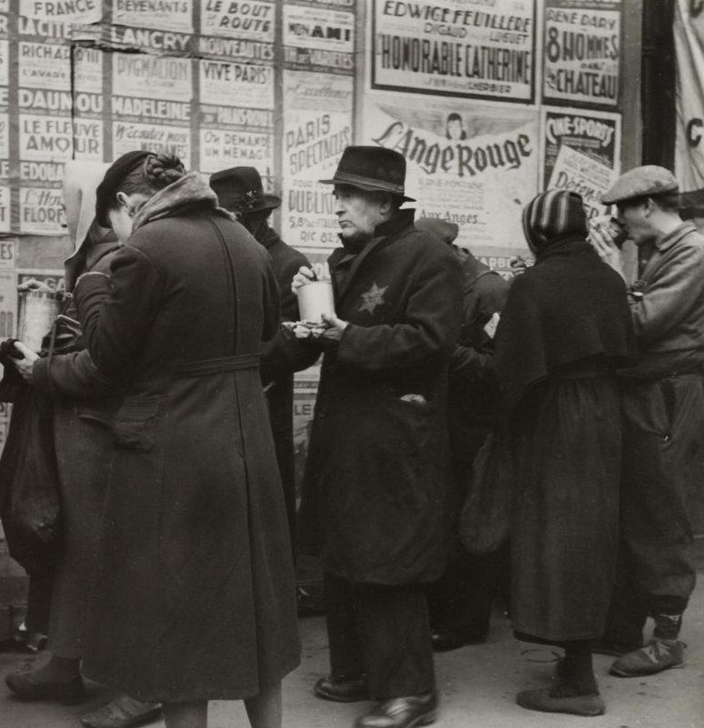 Раздача бесплатного супа. 1943 г.