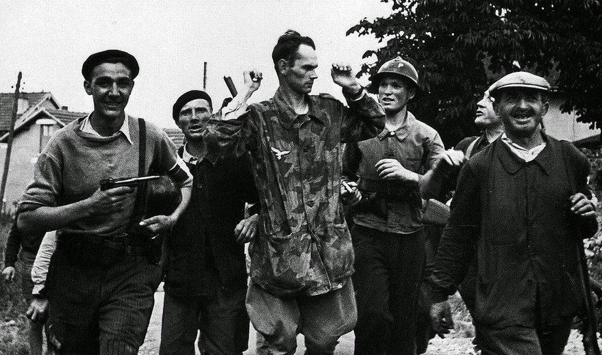 Немецкий парашютист, пойманный партизанами Сопротивления. 1944 г.