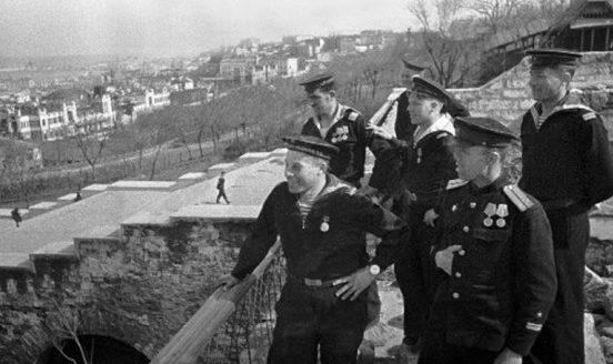 Моряки в освобожденной Одессе. Весна 1944 г.