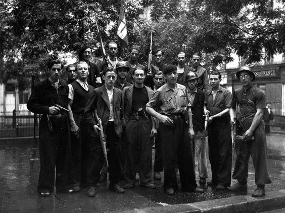 Во время восстания на городских улицах. 19 августа 1944 г.