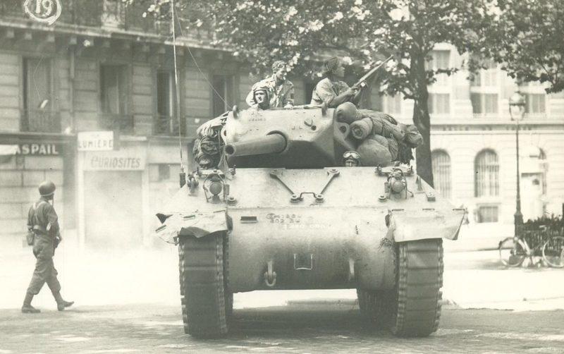 Американский танк на окраине города. 23 августа 1944 г.