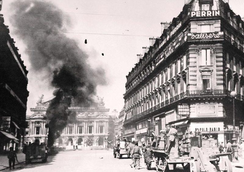 Подбитый французский танк перед Оперой. 25 августа 1944 г.