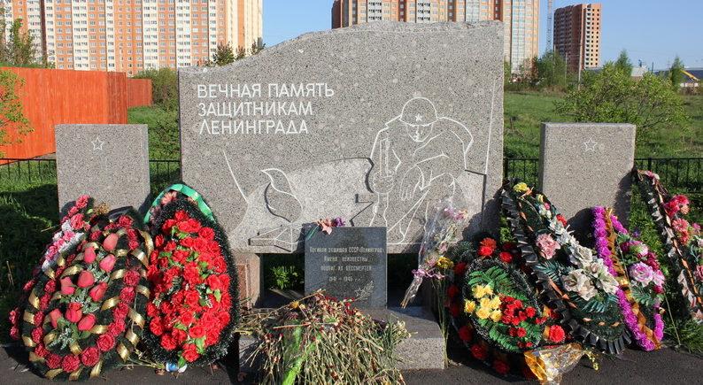 Памятник защитникам Ленинграда в Горелово по улице Коммунаров.