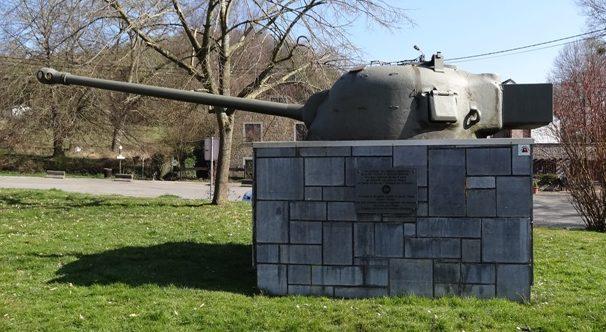 Муниципалитет Hotton. Памятник в честь комбатантов 53-й валлийской пехотной дивизии, которые освобождали города и села в январе 1945 г.