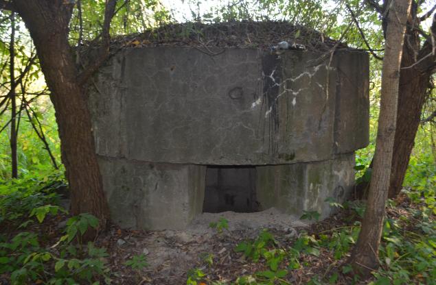 ДОТ на пересечении главной аллеи кладбища памяти жертв 9 января и ул. Памяти жертв 9-го января. Пулеметный ДОТ был построен в 1941-1943 гг.