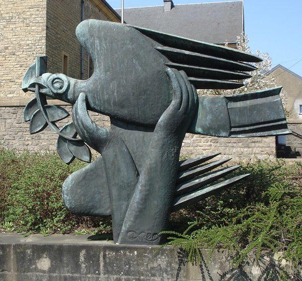 Муниципалитет Saint-leger. Памятник погибшим в обеих войнах.