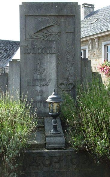 Коммуна Тохогне (Tohogne). Памятник погибшим воинам и жертва в обеих войнах.