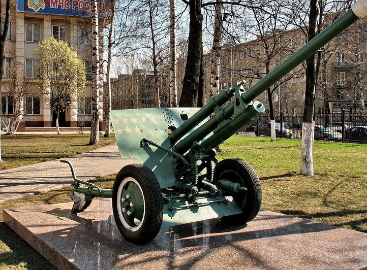 Дивизионная пушка ЗиС-3. Пушка установлена на проспекте Металлистов, 119 в память о школе МПВО.