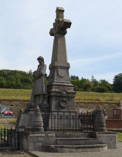 Муниципалитет Torgny. Военный мемориал обеих войн на кладбище.