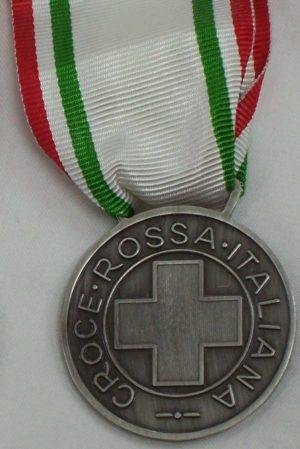 Аверс и реверс серебряной медали «За заслуги перед Красным крестом» (Medaglia d'argento al merito della Croce Rossa Italiana). Республика.