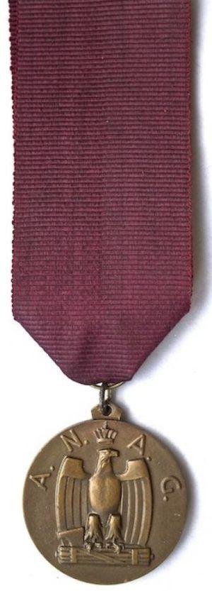 Аверс и реверс памятной медали Национального сбора военных инженеров (саперов). Виченца. 1938 г. Медаль изготовлена из бронзы, диаметр – 35 мм.