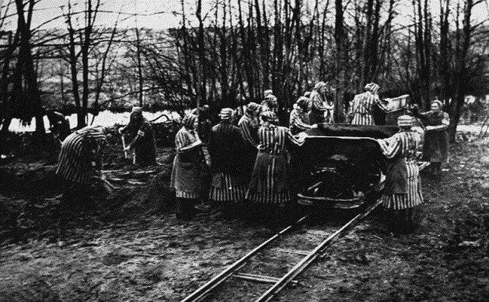 Женщины на строительстве лагеря. 1939 г.