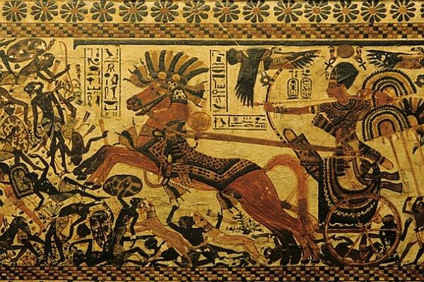 Изображение из гробницы Тутанхамона. Рядом с колесницей собаки атакуют сирийцев.