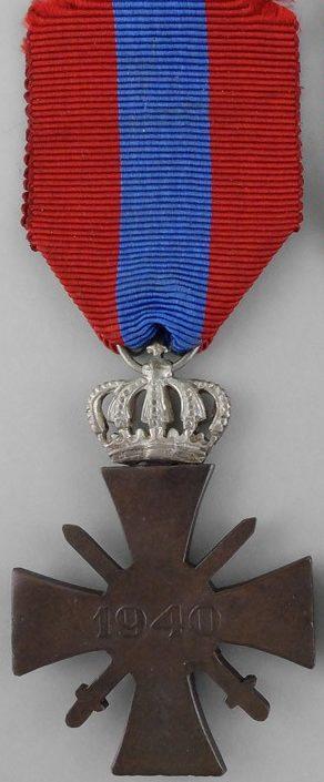 Аверс и реверс серебряного военного креста 1940 года.