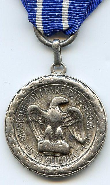 Аверс и реверс памятной медали 17-й дивизии «Равенна». Медаль изготовлена из серебра 800-й пробы.