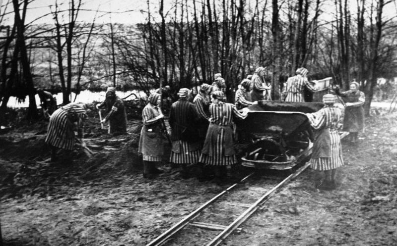 Женщины-заключённые на строительстве лагеря Равенсбрюк.