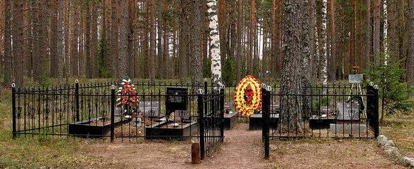 п. Барышево Выборгского р-на. Памятник, установленный на братских могилах 67 воинов лыжного комсомольского батальона - слушателей ФИПО НКВД СССР, погибших в 1940 году.