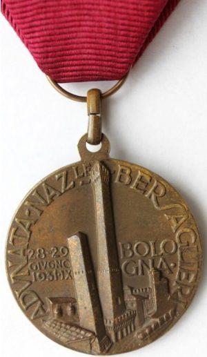 Аверс и реверс памятной медали 8-го сбора берсальеров. Болонья. 1931 г. Медаль изготовлена из бронзы, диаметр - 32 мм, ширина ленты – 37 мм.