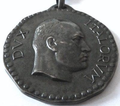 Аверс и реверс серебряной памятной медали 4-й дивизии CC.NN. «3 января».