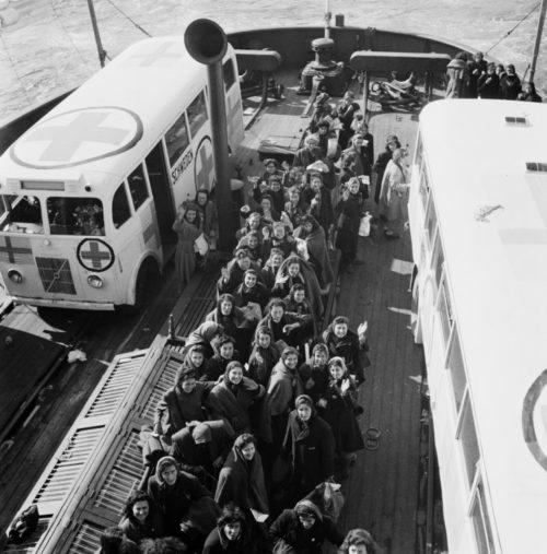 Белые автобусы вывозят скандинавок из Равенсбрюка.