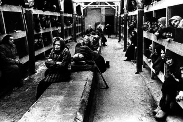 Заключенные в бараке.