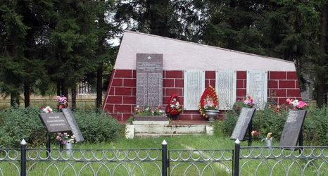 д. Жабино Гатчинского р-на. Памятный знак пограничникам 1-го батальона Ново-Петергофского военно-политического училища под командованием майора Шорина, насмерть стоявшим здесь в 1941 году. На мемориальных досках увековечено имена 131 человека.