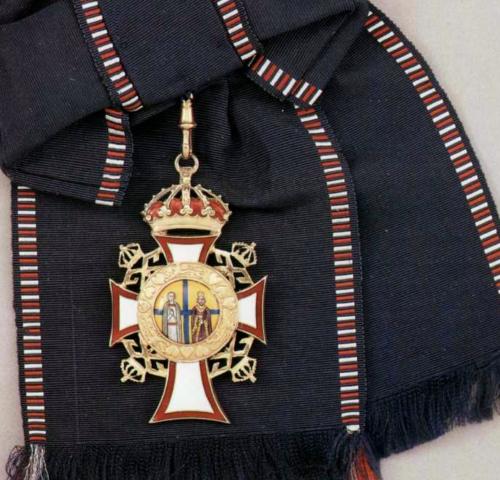 Большой крест ордена Святых Георгия и Константина на ленте-перевязи.