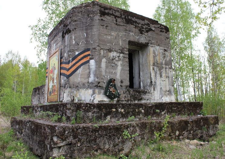 д. Ивановка Гатчинского р-на. Артиллерийский ДОТ под 45-мм казематную артиллерийско-пулеметную установку ДОТ-4 был построен в 1941 году и входил в Красногвардейский укрепленный район.