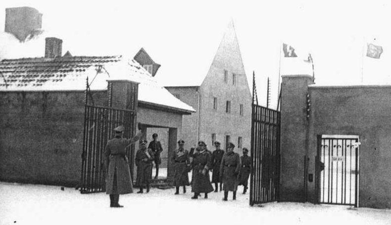 Входные ворота в лагерь в 1940 году и сегодня.