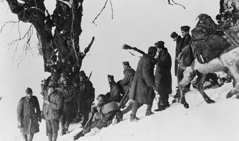 Греческие солдаты на привале в горах. Декабрь 1940 г.