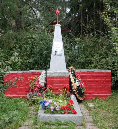 п. Карташевская Гатчинского р-на. Памятник, установленный на братской могиле, в которой похоронено 207 военнопленных и житель поселка Иванов Алексей, расстрелянный фашистами за участие в народном ополчении.