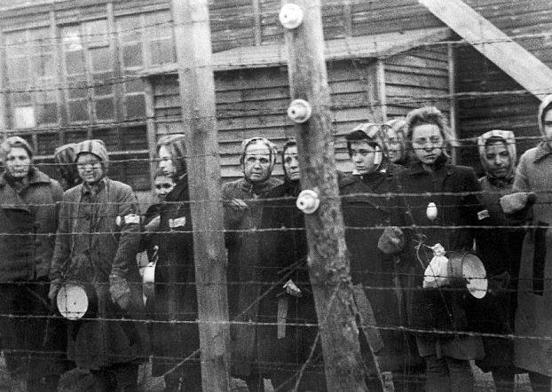 Заключенные в лагере.