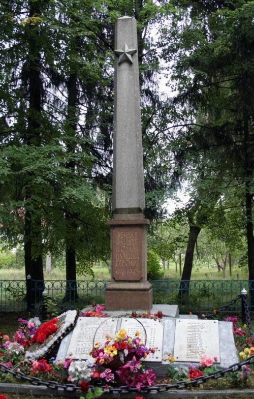 п. Кобринское Гатчинского р-на. Памятник, установленный на братской могиле, в которой похоронено 104 советских воинов, в т.ч. 61 неизвестных.