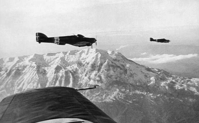 Итальянские бомбардировщики на пути к албано-греческой границе. 9 января 1941.