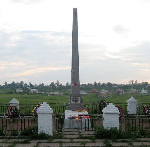 г. Коммунар Гатчинского р-на. Памятник, установленный на братской могиле, в которой похоронено 107 советских воинов, в т.ч. 13 неизвестных.