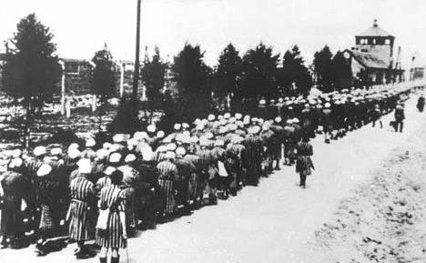 Возвращение заключенных с работ в бараки.