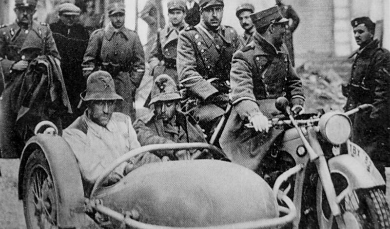 Пленные итальянские офицеры в прицепной коляске. Март, 1941 г.